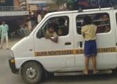 Bắt giam tài xế để học sinh đu ngoài xe vì quá chật