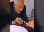 Chồng già chăm vợ nhiễm virus COVID-19 lay động cư dân mạng
