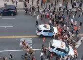 Video: Cảnh sát New York tông xe vào đám đông người biểu tình