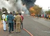 Gần 60 người chết vì vây quanh xe bồn để 'hôi' dầu