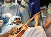 Vẫn chơi guitar khi đang phẫu thuật não