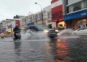 Đà Nẵng: Nhiều tuyến đường ngập lụt, người dân bì bõm trong mưa
