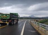 Xe chạy vun vút trên cao tốc chưa thông xe bất chấp biển cấm