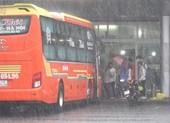 Ngày đầu hoạt động trở lại, Bến xe Đà Nẵng đón khách trong mưa