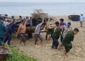 Ngư dân Đà Nẵng đội mưa kéo thuyền thúng chạy bão số 5