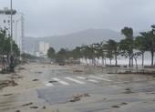 Đà Nẵng: Bờ biển tan hoang, đường phố ngổn ngang sau bão số 9