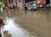 Sau cơn mưa, nhiều hẻm nhỏ ở TP.HCM hóa thành sông