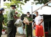 Công an Bình Thạnh trao 2.000 phần quà cho người gặp khó do dịch