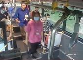 Nhắc khách đeo khẩu trang, phụ xe buýt Hà Nội bị nhổ nước bọt