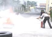 Tập huấn chủ nhà trọ ôm bình chữa cháy dập lửa