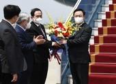 Vừa xuống sân bay Nội Bài, Chủ tịch Quốc hội dự lễ bàn giao vaccine