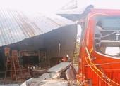Xe khách tụt dốc tông sập nhà có 5 người đang ngủ