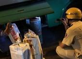 Dùng xe buýt hoán cải để chở thuốc lá lậu ở TP.HCM