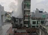 Xưởng giày ở quận 4 cháy lớn dưới trời mưa
