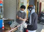 Người dân Đà Nẵng hồ hởi đi mua đồ ăn mang về