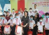 Phó Chủ tịch nước thăm mẹ VNAH, trao học bổng học sinh nghèo