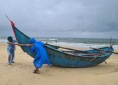 Ngư dân Quảng Nam đưa tàu thuyền lên bờ trước khi bão số 6 đổ vào