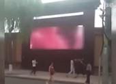 Sốc: Chiếu phim khiêu dâm ngay màn hình quảng cáo ngoài trời