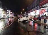 Thủ Đức: Tránh xe máy, ô tô lật nhào trong cơn mưa