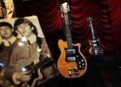 Ghi ta điện của The Beatles bán gần nửa triệu USD