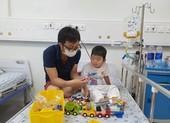 Bé trai 4 tuổi hai năm trời chiến đấu với căn bệnh hiếm