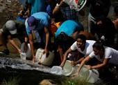 Người dân Venezuela tìm đến cống rãnh để lấy nước sinh hoạt