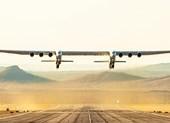 Siêu máy bay hai thân khổng lồ lần đầu cất cánh