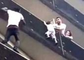 Clip: 'Người nhện' Paris cứu em bé treo lơ lửng ngoài ban công