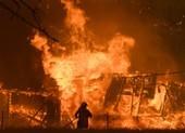 Úc: Lốc xoáy lửa cuốn bay xe, ngàn người mắc kẹt ngoài biển
