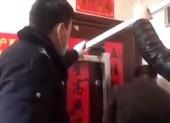 Cả gia đình bị hàng xóm nhốt vì trở về từ Vũ Hán