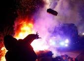 Người dân Ukraine ném đá xe chở người từ Vũ Hán về