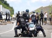 Ngăn du khách vì sợ COVID-19, người dân đụng độ với cảnh sát