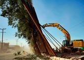 Gió lớn xô ngã 'bức tường biên giới' của ông Trump