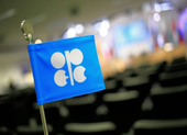 Trước áp lực từ Mỹ, OPEC và Nga đồng ý giảm sản lượng dầu mỏ