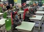 Học sinh đội mũ dài 1 m để tránh lây nhiễm COVID-19
