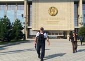 Biểu tình lớn, ông Lukashenko lại mặc áo chống đạn, cầm súng