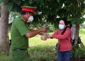 Công an quận Cái Răng tặng nước, nấu mì cho bà con trên đường về quê