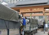 Đang thông quan các xe nông sản ùn ứ sang Trung Quốc