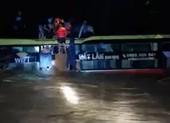 Hình ảnh trắng đêm giải cứu 20 người trên xe khách bị lũ cuốn