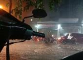 Nữ chủ quán cơm mang ghế giúp người trú mưa