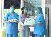Nữ bệnh nhân 135 tặng bánh kem cảm ơn y, bác sĩ Đà Nẵng