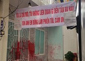 Căng băng rôn 'không liên quan nợ nần' vẫn bị tạt sơn