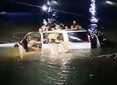 Trục vớt được xe ô tô rơi xuống sông Giăng, 5 người tử vong