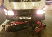 Ô tô tải cuốn xe máy vào gầm, một người tử vong ở Bình Tân