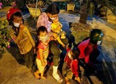 Chạy xe máy từ miền Nam về quê, 2 người chồng 'lạc vợ' và 4 con nhỏ dọc đường