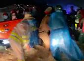 Xúc động cảnh người về quê được CSGT, tình nguyện viên giúp đẩy xe qua lũ