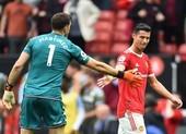 Thủ môn Aston Villa khiêu khích Ronaldo đá phạt đền