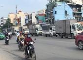 Không ai xử lý hàng loạt xe tải đậu trên quốc lộ 22?