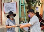 UBND phường 3, quận 11 phát cơm miễn phí cho người khó khăn