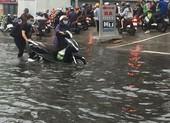 'Rốn ngập' Nguyễn Hữu Cảnh thành biển nước trong mưa lớn